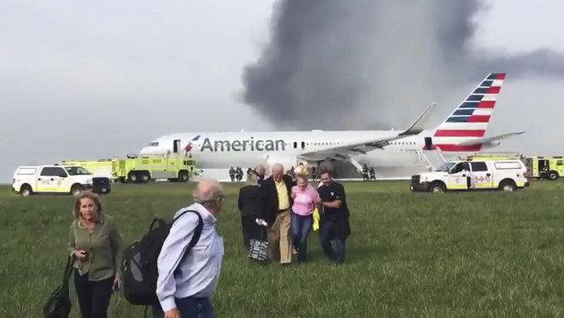 Schock bei Flugzeugstart: Triebwerk in Flammen (Bild: Associated Press)