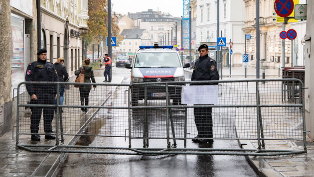 Stinkbombenangriff auf rechten Kongress in Linz (Bild: APA/FOTOKERSCHI.AT)