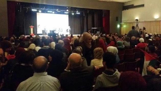 Zwar zeichneten Kameras die Konferenz auf, unser krone.tv-Reporter aber wurde aus dem Saal gebeten. (Bild: facebook.com)