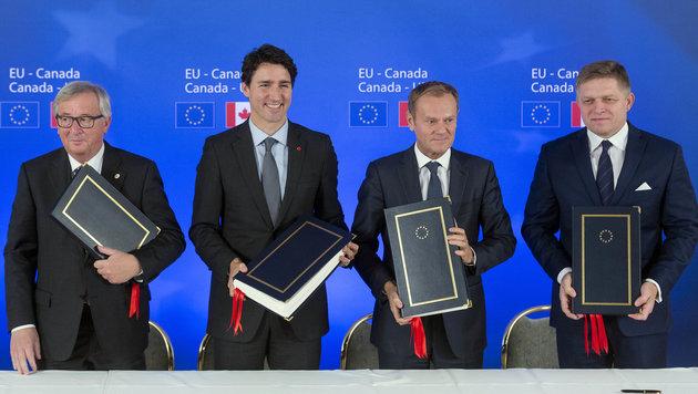 Jean-Claude Juncker, Justin Trudeau, Donald Tusk und Robert Fico (v.l.n.r) bei der Unterzeichnung (Bild: Associated Press)