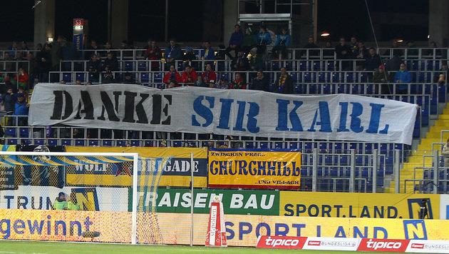 Die St.-Pölten-Fans bedanken sich beim nunmehrigen Ex-Trainer Karl Daxbacher. (Bild: GEPA)
