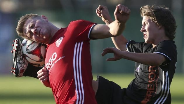 Adnet (links Thomas Reindl) kam im 1. Landesliga-Hit gegen den OSK nur zu einem 1:1. (Bild: Andreas Tröster)