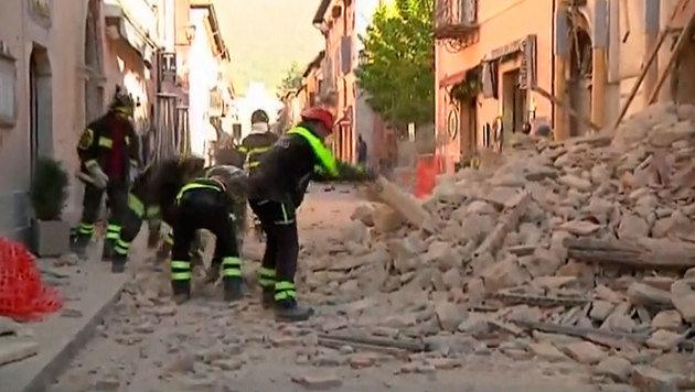 Italien erneut von heftigem Erdbeben erschüttert (Bild: Associated Press/Sky Italia)