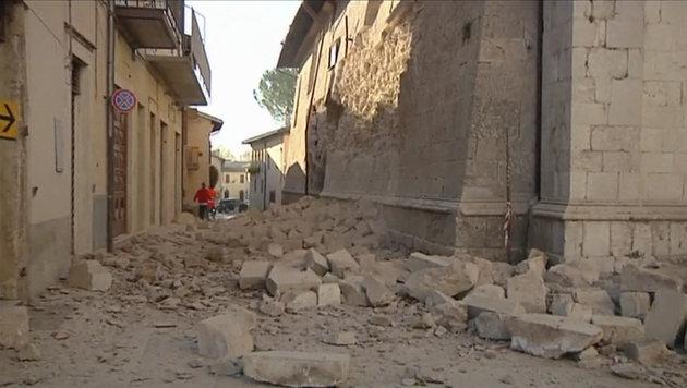 Italien: Massenflucht, Tausende in Notquartieren (Bild: Associated Press)