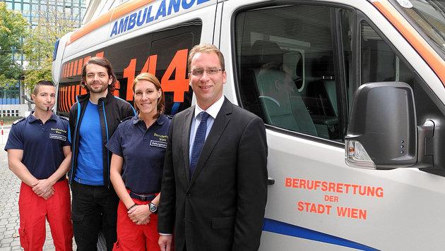 V.l.n.r.: Siegfried S., der damals verletzte Radfahrer, Sandra B. und Rettungschef Rainer Gottwald (Bild: Berufsrettung Wien)