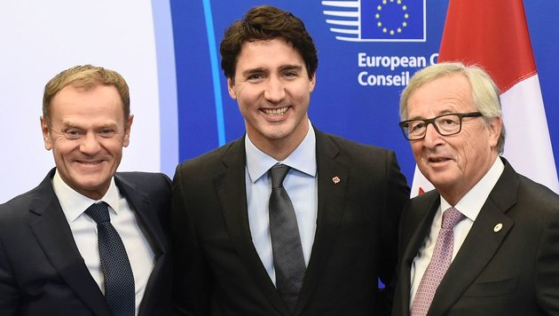 Donald Tusk, Justin Trudeau und Jean-Claude Juncker (Bild: APA/AFP/John Thys)