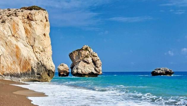 Einen Besuch wert: der Felsen der Aphrodite am Strand  Petra tou Romiou. (Bild: Fotolia)