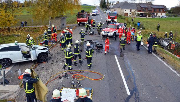 Ein Toter und drei Verletzte bei Frontalkollision (Bild: APA/DENKMAYR/REHBERGER)