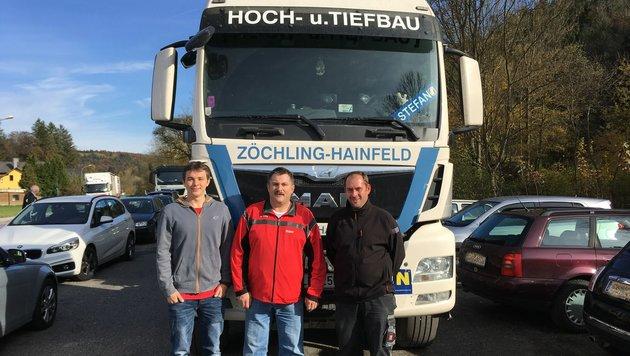 Die heldenhaften Florianis, Fritz Fink (li.), Stefan Gelles (re.) und Kommandant Franz Mayerhofer. (Bild: Redaktion Brandaus)
