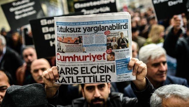 """Haftbefehle gegen neun """"Cumhuriyet""""-Journalisten (Bild: APA/AFP/OZAN KOSE)"""