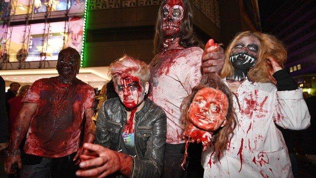 Einige der Teilnehmer des Zombie-Walk in Essen (Bild: Associated Press)