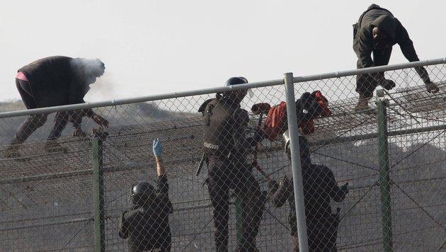 220 Flüchtlinge stürmen spanische Exklave Ceuta (Bild: AP (Archivbild))