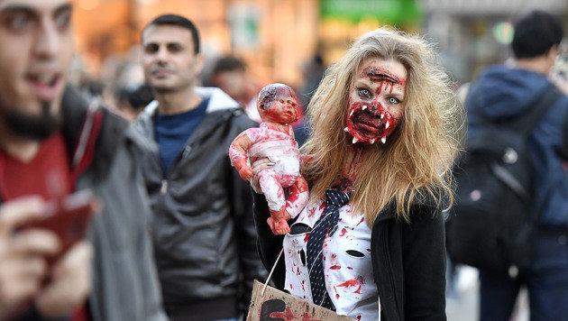 Eine Teilnehmerin des Zombie-Walk in Essen (Bild: Associated Press)