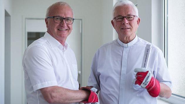 """Caritas-Direktor Dines und Erzbischof Lackner (re.) im """"Haus Franziskus"""": Spenden sind willkommen. (Bild: Caritas)"""