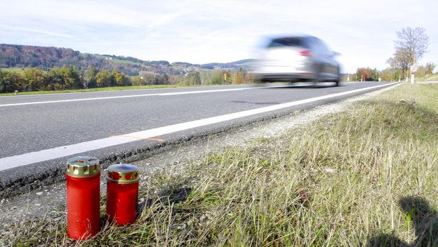 Zwei Kerzen an der Unfallstelle, wo am Montag um 15.15 Uhr die Radfahrerin  tödlich verletzt wurde. (Bild: Manfred Fesl)