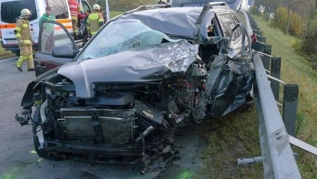 Der völlig zerstörte Wagen des Altenmarkters, der Schwerverletzte wurde ins UKH Salzburg geflogen. (Bild: Gerhard Schiel)