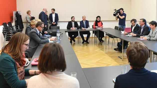 Sozialminister Stöger beim Treffen mit den Landesräten am 3. November (Bild: APA/HELMUT FOHRINGER)