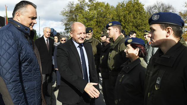 Verteidigungsminister Hans Peter Doskozil (li.) und sein ungarischer Amtskollege Istvan Simicsko (Bild: APA/ROBERT JAEGER)