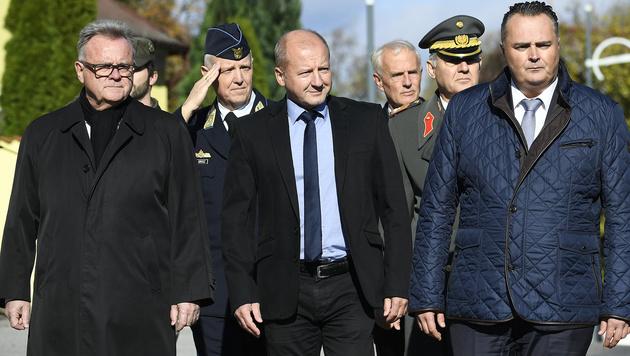 Der burgenländische Landeshauptmann Hans Niessl (li.), Doskozil (re.) und Istvan Simicsko (Bild: APA/ROBERT JÄGER)
