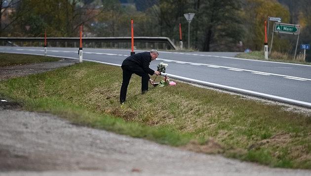 Ein Nachbar des Todesopfers legte an der Unfallstelle Blumen ab (Bild: Kerschbaummayr)