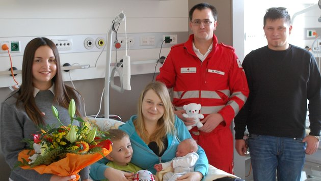 Familie Wittine mit den Sanitätern und Geburtshelfern Natalie Rauch sowie Markus Fally (Bild: Rotes Kreuz Gloggnitz)
