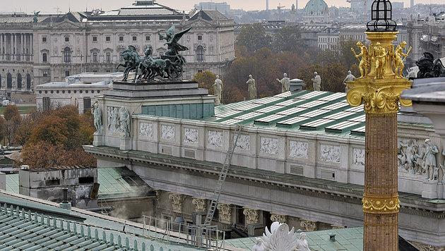 Ein Kühlturm auf dem Dach des Parlaments geriet in Brand. (Bild: APA/HANS PUNZ)