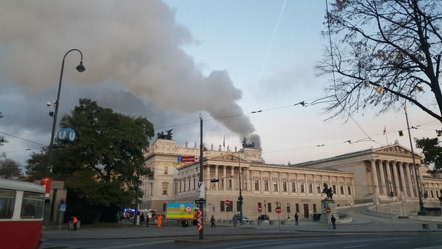 "Dach des Parlaments stand in Flammen (Bild: ""Krone""-Leserreporter Osman Kisa)"