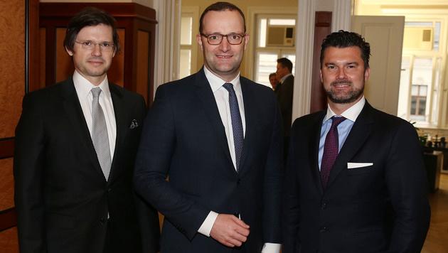 Jens Spahn (Mitte) mit den Gastgebern Christoph Ulmer (li.) und Thomas Zach (re.) (Bild: Zwefo)