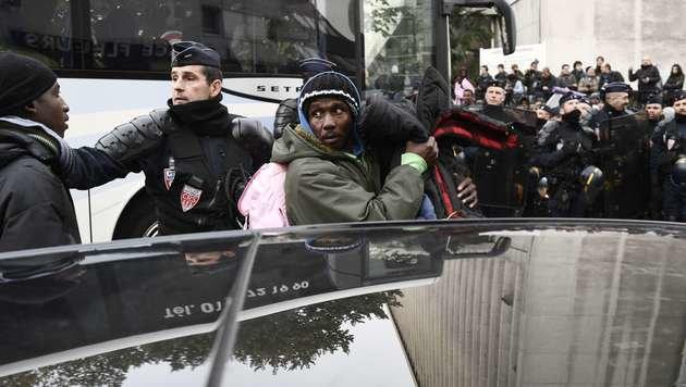 Wildes Flüchtlingslager in Paris geräumt (Bild: APA/AFP/LIONEL BONAVENTURE)