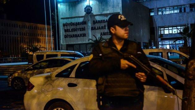 Bereits in der Vorwoche gab es Razzien in den Büros von kurdischen Politikern in Diyarbakir. (Bild: APA/AFP/ILYAS AKENGIN)
