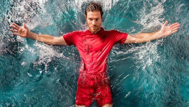 "Xabi Alonso im ""Ozeanmüll-Dress"" (Bild: Facebook.com)"