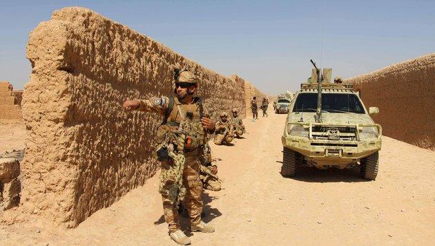 Einheiten der afghanischen Armee in der umkämpften Profinz Helmand (Bild: APA/AFP/NOOR MOHAMMAD)