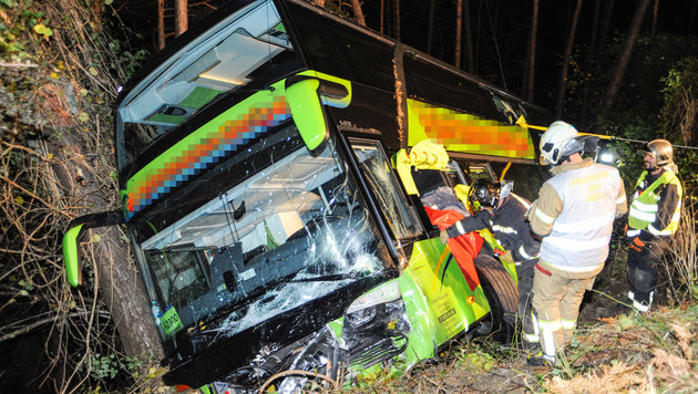 Zehn Meter tief stürzte der zweistöckige Reisebus über die Böschung. (Bild: APA/ZEITUNGSFOTO.AT)