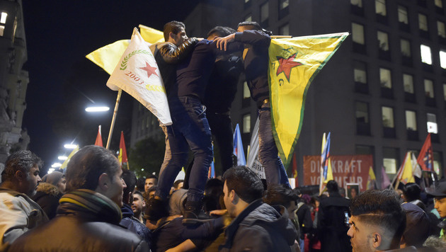 Wien: Spontan-Demo nach Verhaftungen in der Türkei (Bild: APA/HANS PUNZ)