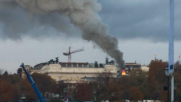 """Dach des Parlaments stand in Flammen (Bild: """"Krone""""-Leserreporter Nikolay Peykov)"""