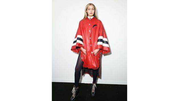 In diesem Schlabber-Outfit musste Gigi Hadid Anfang 2015 auf den Hilfiger-Laufsteg. (Bild: Viennareport)