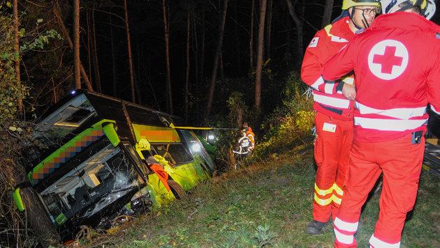 Bus mit 26 Insassen stürzt in Tirol über Böschung (Bild: APA/ZEITUNGSFOTO.AT)