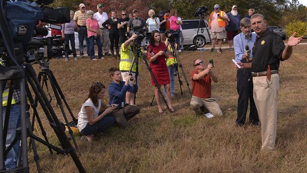 Sheriff Chuck Wright spricht vor Journalisten in der Nähe des Tatorts. (Bild: AP)