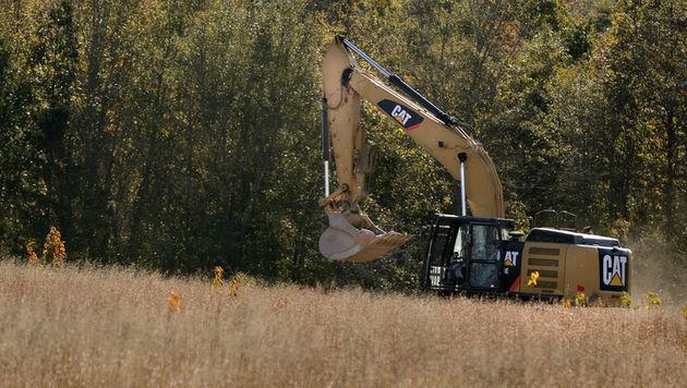 Auch ein Bagger kommt bei der Suche nach Leichen auf Kohlhepps Grundstück zum Einsatz. (Bild: AP)