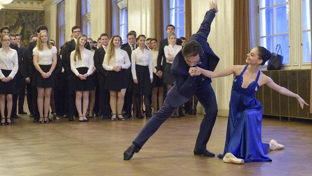 Erstes Schaulaufen für die Opernball-Debütanten (Bild: APA/HANS PUNZ)