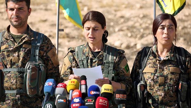 SDF-Sprecherin Jihan Sheikh Ahmed erklärt die Offensive auf Rakka für eröffnet. (Bild: APA/AFP/DELIL SOULEIMAN)