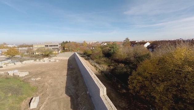 Wand vor Flüchtlingsheim höher als Berliner Mauer (Bild: neuperlach.info)