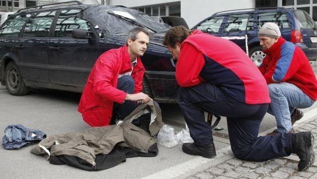 2009: Sachverständiger Gerhard Kronreif (li.) vergleicht mit den Kriminalisten die Unfallspuren (Bild: Markus Tschepp)