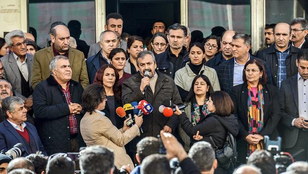 Eine HDP-Protestveranstaltung in der Kurdenmetropole Diyarbakir nach der jüngsten Verhaftungswelle (Bild: APA/AFP/ILYAS AKENGIN)