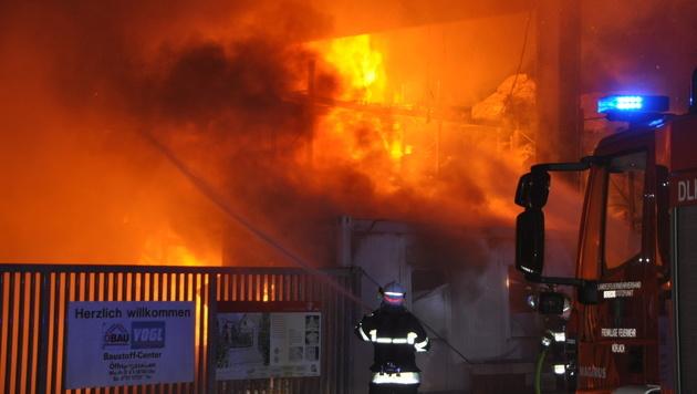 Zigarette löste Brand in Baumarkt-Lager aus (Bild: APA/BFVVO/ARTUR HOLAWAT)