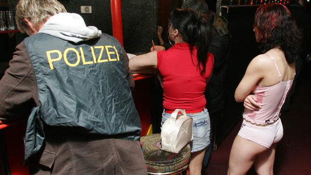 Die Polizei befreite bei einer Razzia wie dieser rund ein Dutzend Opfer. (Bild: ANDI SCHIEL (Symbolbild))