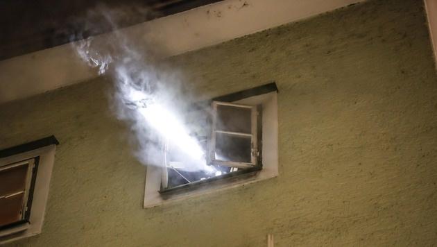 Qualm drang auch aus einem der Fenster über der brennenden Wohnung. (Bild: MARKUS TSCHEPP)