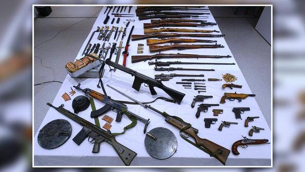 Eine Vielzahl an Waffen, Munition und Granaten wurde im Haus des 48-Jährigen gefunden. (Bild: APA/LPD NÖ)