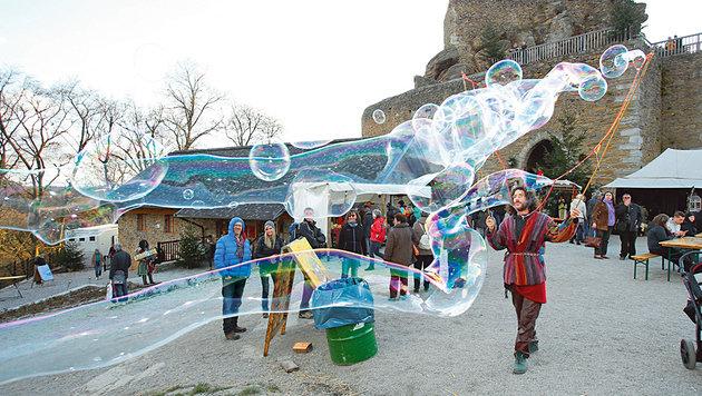 Riesenseifenblasen verzaubern nicht nur die Kinder. (Bild: Reinhard Holl)