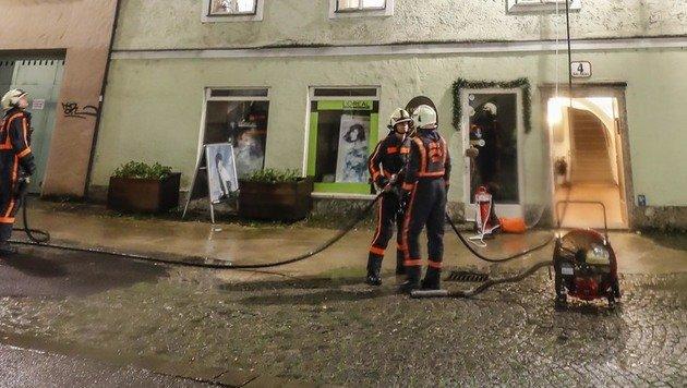 Feuerwehrleute am Einsatzort in der Salzburger Innenstadt (Bild: MARKUS TSCHEPP)